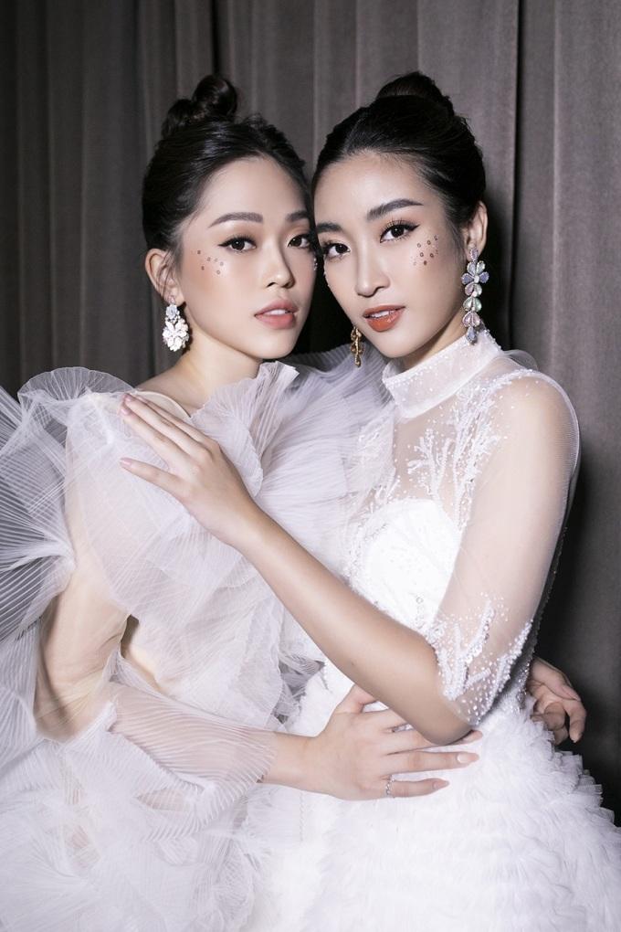 """<p> Hoa hậu Đỗ Mỹ Linh và Á hậu Phương Nga được chọn đảm nhận hai vị trí quan trọng trong BST """"Ocean Blossom"""" của NTK Lê Ngọc Lâm ở đêm thi Top Model - Miss World Vietnam 2019 cùng 39 thí sinh. Ở hậu trường, hai người diện trang phục đồng điệu, thân thiết như chị em sinh đôi.</p>"""