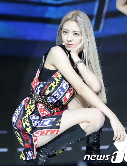 Em út Yuna chiếm spotlight nhờ mái tóc vàng, hình thể đẹp và luôn rạng rỡ trên sân khấu.
