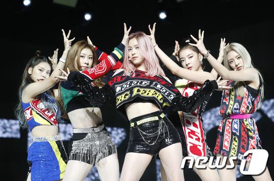 Ngày 29/7, ITZY tổ chức buổi họp báo giới thiệu mini album có tên ITzICy. Đây là sản phẩm thứ 2 của tân binh nhà JYP kể từ khi mắt. ICY được chọn là ca khúc chủ đề. Các thành viên nói: Chúng tôi muốn mang đến một ca khúc có phần nhạc mạnh mẽ, âm hưởng sôi động phù hợp với không khí mùa hè. Nhiều ý kiến cho rằng nhạc của ITZY khá kén người nghe, phù hợp với người hâm mộ quốc tế hơn là fan Hàn.