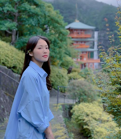 Khả Ngân e ấp ngắm cảnh Nhật Bản.