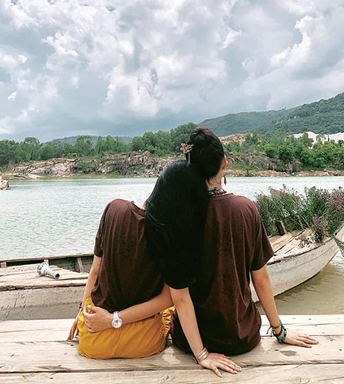 Hai chị em Angela Phương Trinh ngồi tựa đầu lên vai nhau rất tình cảm đểngắm cảnh.