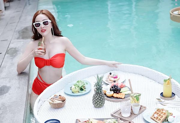 Bảo Thy mặc bikini chói chang, tận hưởng bữa sáng sang chảnh ở Bali.