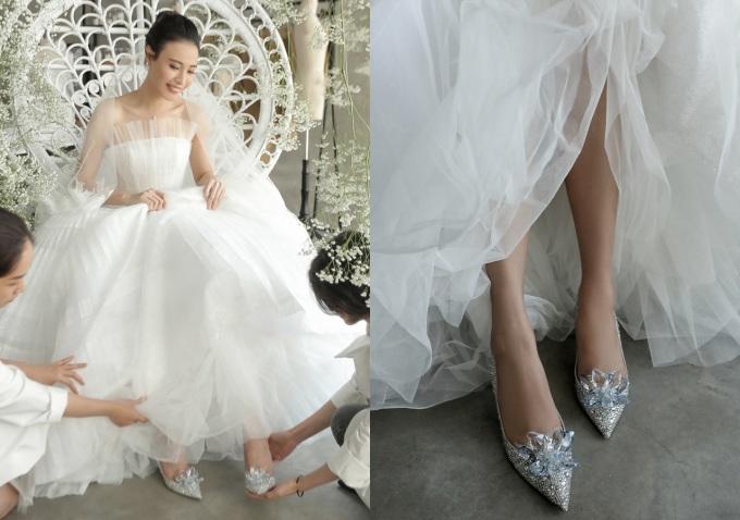 <p> Chủ nhân chú ý để mix váy với những phụ kiện như giày, bông tai tạo nên sự đồng điệu.</p>