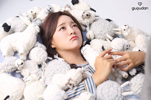Se Jeong (Gugudan) phụng phịu đáng yêu giữa những chú cừu bông. Cô nàng đang chụp hình quảng bá cho drama mới I Wanna Hear Your Song.