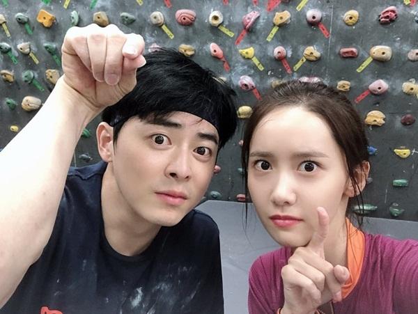 Yoona leo núi trong nhà cùng bạn diễn Jo Jung Suk. Cả hai đóng vai tiền bối - hậu bối cùng câu lạc bộ thể thao ở trường đại học trong phim điện ảnh EXIT.