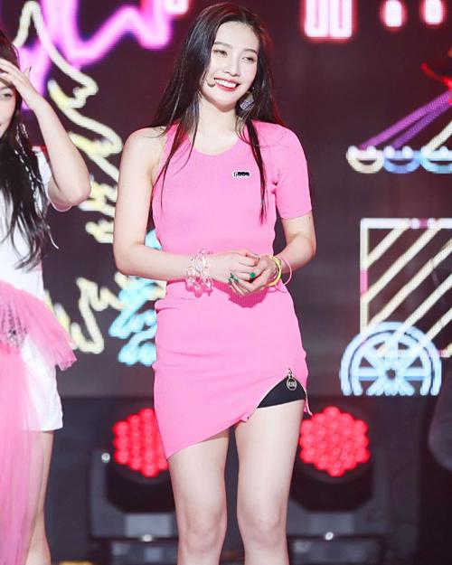 Stylist của Red Velvet thường xuyên bị fan bất bình vì cho cả nhóm diện những trang phục quê mùa, lỗi mốt. Một trong những nạn nhân của những bộ cánh gây khó hiểu nhất là Joy. Mỹ nhân 23 tuổi có cả bộ sưu tập váy áo cụt tay để lên sân khấu.