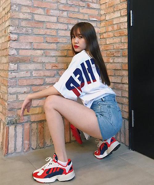 Phong cách tạo dáng kiểu giang hồ này đặc biệt thích hợp với những bộ trang phục cá tính, hoặc váy ngắn, hoặc quần shorts như chân dài Quỳnh Hương đang diện.