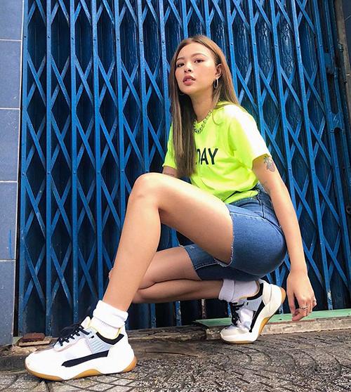 Mê phong cách cá tính kiểu Âu Mỹ nên Tú Hảo không bỏ qua hot trend tăng độ chất cho bức ảnh street style.