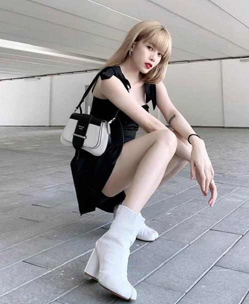 Dù đang diện váy ngắn, Thiều Bảo Trâm vẫn không ngại tạo dáng ngồi. Tuy nhiên cô nàng phải khéo che chắn hơn để vừa khoe được chân thon mà vừa không bị hớ hênh.