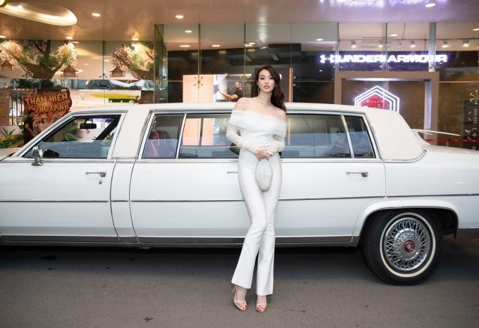 <p> Nữ diễn viên diện cây jumpsuit trắng trễ vai khoe vóc dáng thon thả bên chiếc siêu xe.</p>