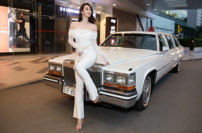 <p> Cô mix trang phục với các phụ kiện như thắt lưng Chanel và túi xách mini tạo nên độ sang chảnh.</p>