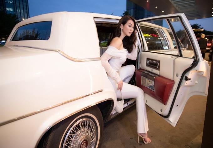 <p> Khánh My vừa trở lại với showbiz sau thời gian tập trung kinh doanh. Cô xuất hiện ở thảm đỏ bằng chiếc siêu xe Cadillac Limousine 6 màu trắng cực hiếm ở Việt Nam.</p>