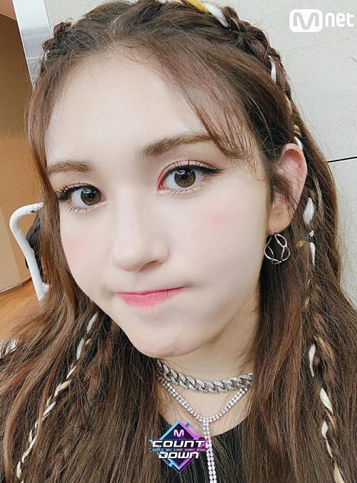 Somi cũng kết hợp tóc kẹp highlight màu trắng và thắt bím, tạo nên diện mạo hút mắt hơn.