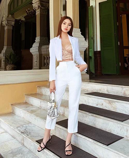 Jolie Nguyễn tiết chế độ gợi cảm của chiếc áo corset bằng cách khoác thêm blazer phía ngoài.