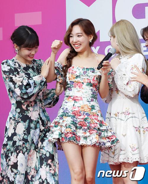 Trang phục của Na Yeon khá nguy hiểm vì phần dây quai mỏng manh.