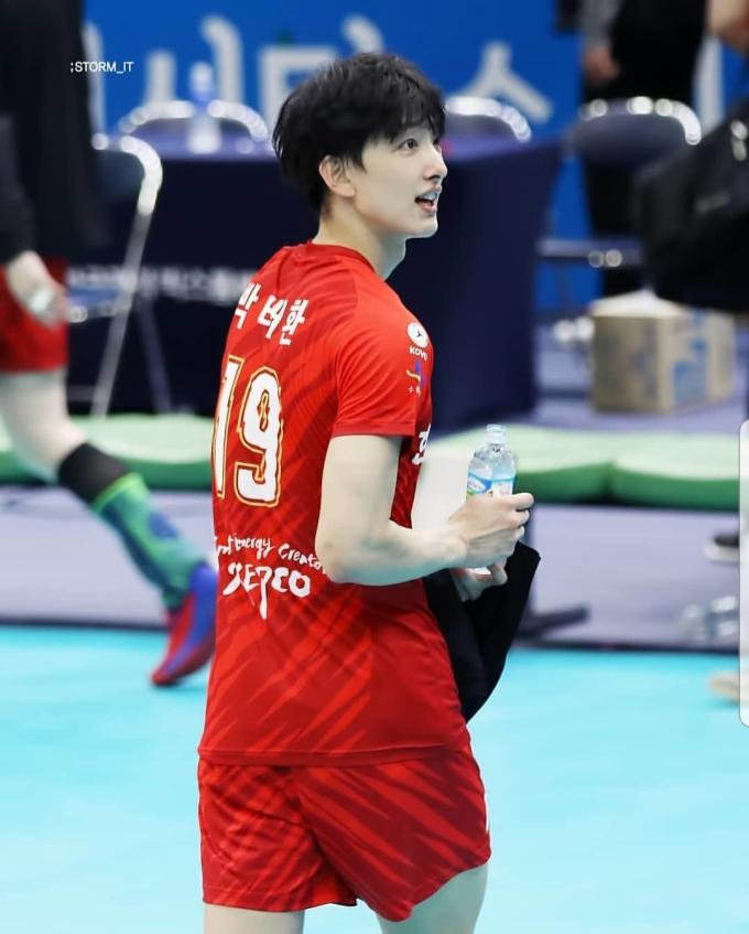 <p> Anh chàng tên thật là Park Tea Hwan, sinh năm 1995, là VĐV bóng chuyền chuyên nghiệp.</p>