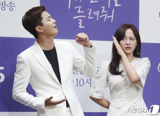 """<p> Trong phim, Se Jeong đóng cặp cùng Yeon Woo Jin. Cặp diễn viên chính hy vọng người xem sẽ thích thú trước """"phản ứng hóa học"""" của hai nhân vật Jang Yoon (Yeon Woo Jin) và Hong Yi Young (Se Jeong).</p>"""