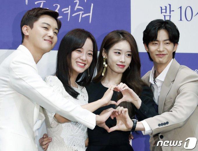 <p> Chiều 1/8, bộ phim <em>Let Me Hear Your Song</em> tổ chức họp báo ra mắt tại một khách sạn ở Seoul, Hàn Quốc. Buổi họp báo có sự tham gia của đạo diễn Lee Jung Mi cùng 4 diễn viên chính: Se Jeong (Gugudan), Ji Yeon (T-ara),Yeon Woo Jin và Song Jae Rim.</p>
