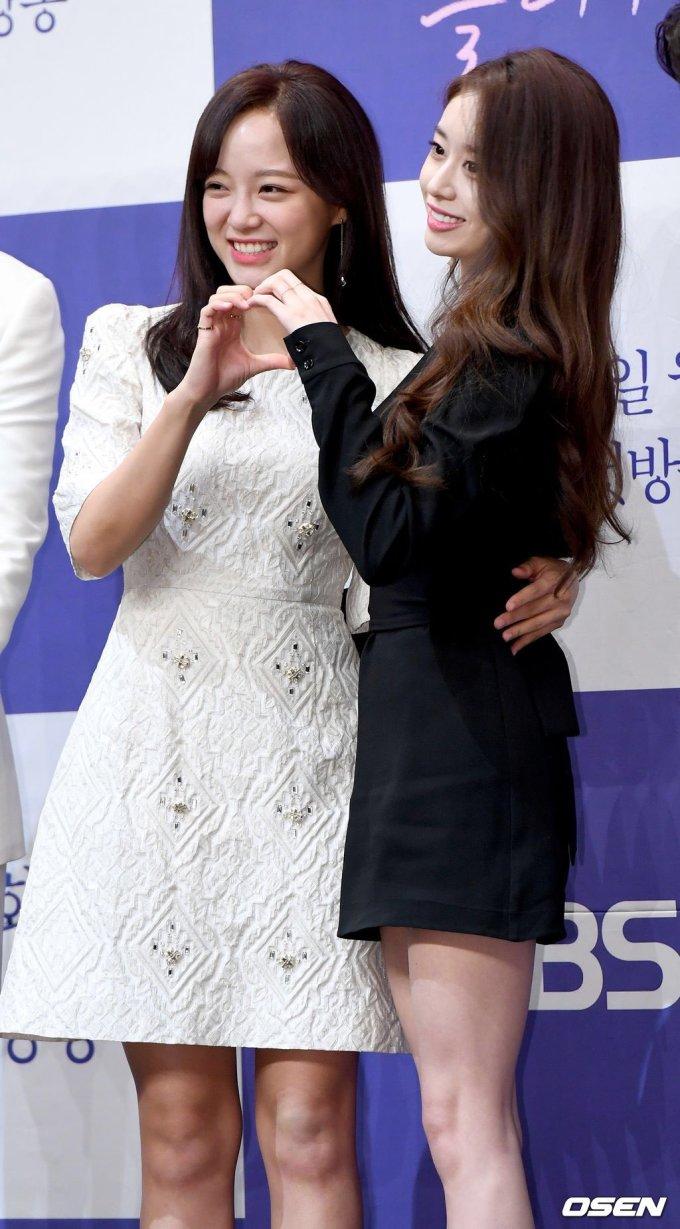 <p> <em>Let Me Hear Your Song</em> thuộc thể loại hài hước, lãng mạn. Phim xoay quanh nhân vật Hong Yi Young (Se Jeong), một nghệ sĩ chơi trống cho dàn nhạc nhưng không may mất hết ký ức sau khi thoát chết trong ngày xảy ra vụ án giết người.</p> <p> Yeon Woo Jin vào vai Jang Yoon, thành viên trong dàn nhạc hoà tấu và có công việc bán thời gian là giúp Hong Yi Yong chữa chứng mất ngủ.</p> <p> Ji Yeon vào vai nghệ sĩ violin Ha Eun Joo, có tính cách lạnh lùng, từng làm tan vỡ trái tìm rất nhiều chàng trai. Song Jae Rim nhận vai Nam Joo Wan, nguời chỉ huy dàn nhạc quyến rũ và lôi cuốn</p> <p> <em>Let Me Hear Your Song </em>sẽ lên sóng tập đầu trên kênh KBS vào 5/8 tới.</p>