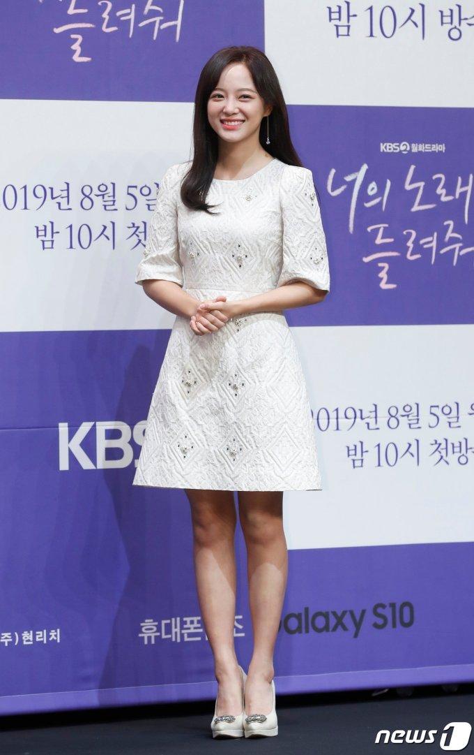 <p> Se Jeong xinh đẹp và rạng rỡ trước ống kính. Dự án <em>Let Me Hear Your Song </em>đánh dấu vai chính thứ hai trên màn ảnh nhỏ của nữ diễn viên kiêm idol sau drama <em>School 2017</em> cách đây hai năm.</p>