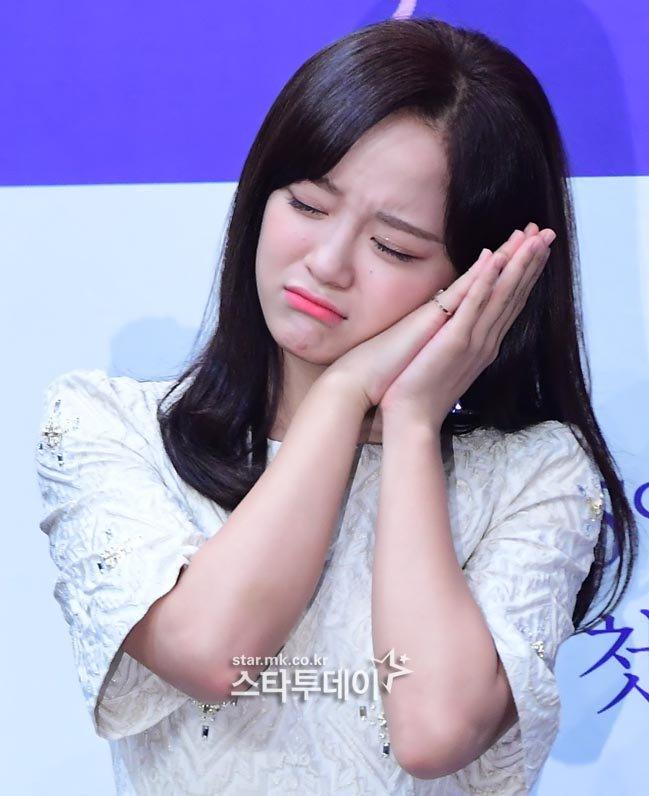 <p> Trong buổi họp báo, cô chia sẻ về những cảm giác lo lắng tại trường quay. Nhờ những cuộc trò chuyện thân thiết với các bạn diễn, Se Jeong đã trở nên thoải mái hơn.</p>
