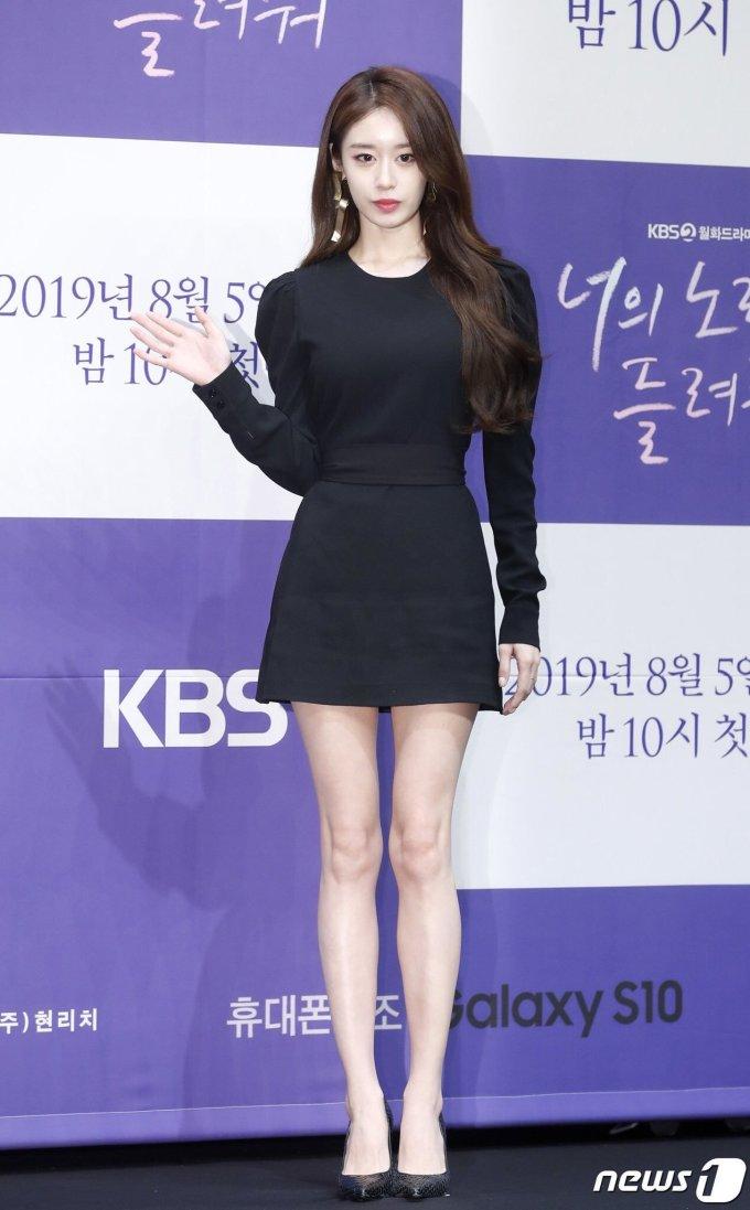 <p> Ji Yeon (T-ara) khoe vóc dáng cao ráo trong bộ đầm đen ôm sát. Nhiều fan nhận xét cô nàng xuống sắc vì giảm cân nhiều so với trước đây.</p>