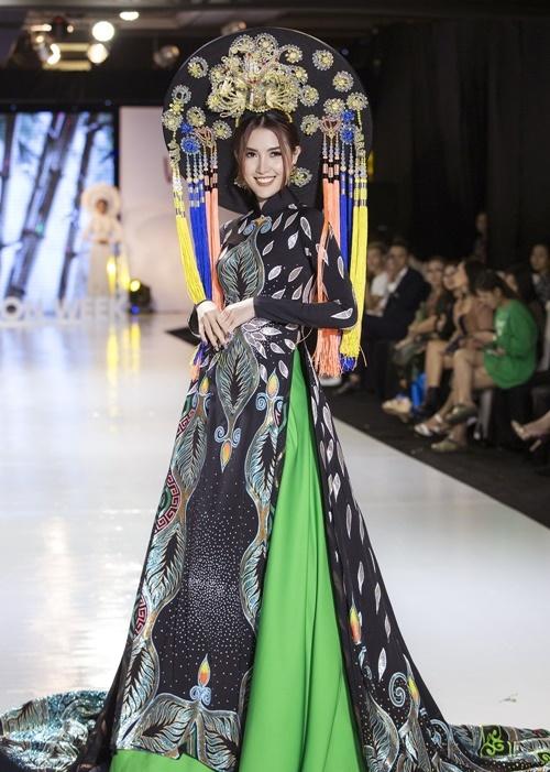 Mặc bộ trang phục mang hình ảnh chim công, họa tiết thêu đối xứng, Phan Thị Mơ tự tin trình diễn ở vị trí vedette.
