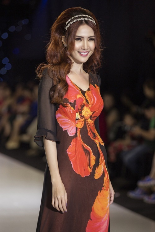 Cô cũng tham gia trình diễn cho một số NTK khác. Trong hình, Phan Thị Mơ diện áo dài cách tân, lấy cảm hứng Sài Gòn thập niên 60 - 70 của thế kỷ trước.