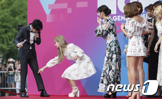 Da Hyun giúp đỡ nam MC chỉnh sửa lại trang phục.