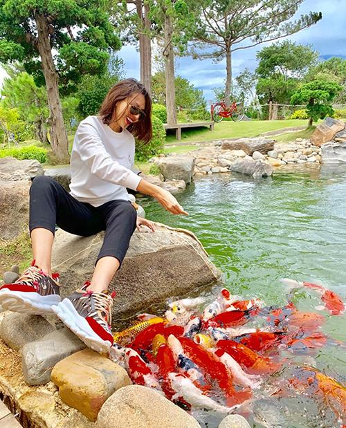 Minh Triệu cười sảng khoái khi trải nghiệm cho cá ăn.