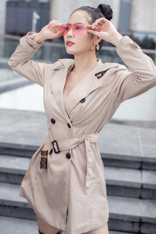Hoàng Hạnh không mặc nội y khi diện măng-tô gam màu nâu nhạt. Bộ ảnh do nhiếp ảnh gia Chanh Nguyễn và stylist Bi Bo hỗ trợ.