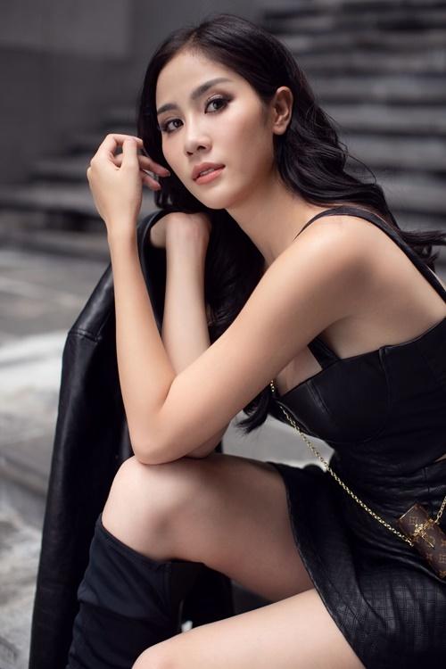 Hoàng Hạnh diện áo crop-top cúp ngực kết hợp cùng chân váy ngắn. Cô khoác thêm áo da biker và đi boots cao cổ để hoàn thiện vẻ cá tính.