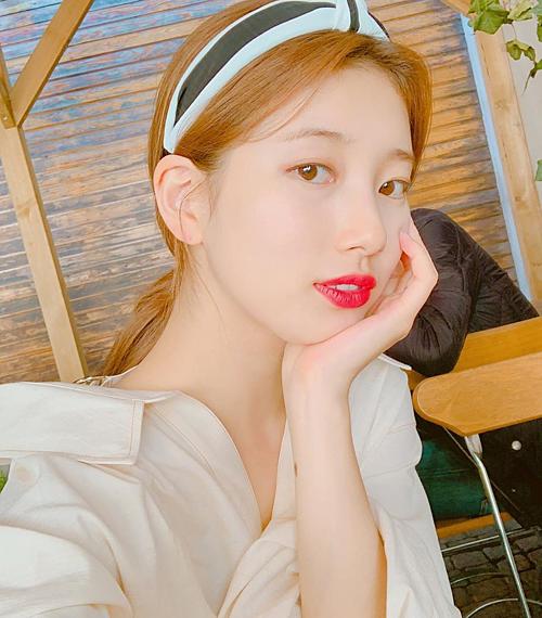 Suzy từng khiến fan thổn thức khi lăng xê băng đô vải đậm chất tiểu thư.
