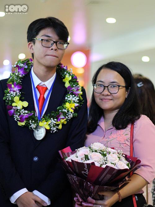 Đình Hoàng và cô Hải Linh - giáo viên chủ nhiệm.