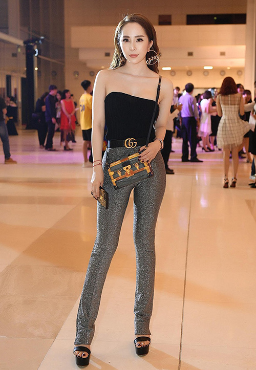 Dự sự kiện, nữ diễn viên sành điệu với túi Louis Vuitton giá 130 triệu đồng, ốp điện thoại cùng thương hiệu 20 triệu đồng và thắt lưng Gucci giá hơn 10 triệu đồng.