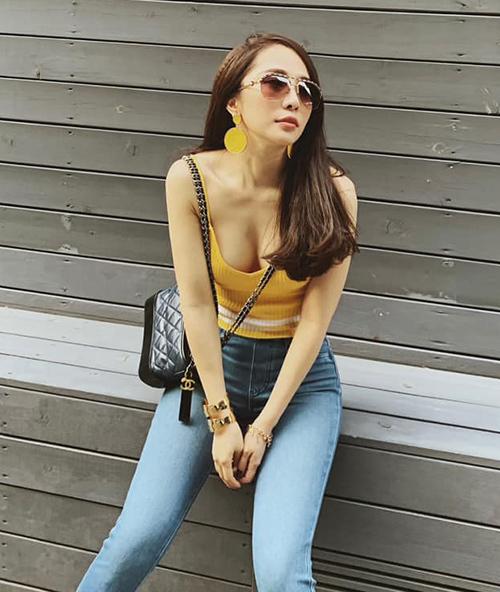 Quỳnh Nga có bộ sưu tập túi xách đều là những mẫu kinh điển của các nhà mốt đình đám. Mẫu Chanel Gabrielle có giá xấp xỉ 100 triệu đồng được lòng cả cô Nhã và nhiều mỹ nhân Việt.