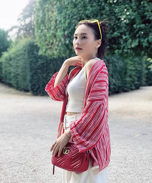 Túi Gucci Marmont đỏ giá khoảng 30 triệu đồng là một trong những phụ kiện yêu thích nhất của Bảo Thanh khi ra phố.