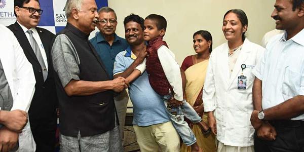 Cậu bé Ấn Độ (áo đỏ) được phẫu thuật loại bỏ 526 chiếc răng.
