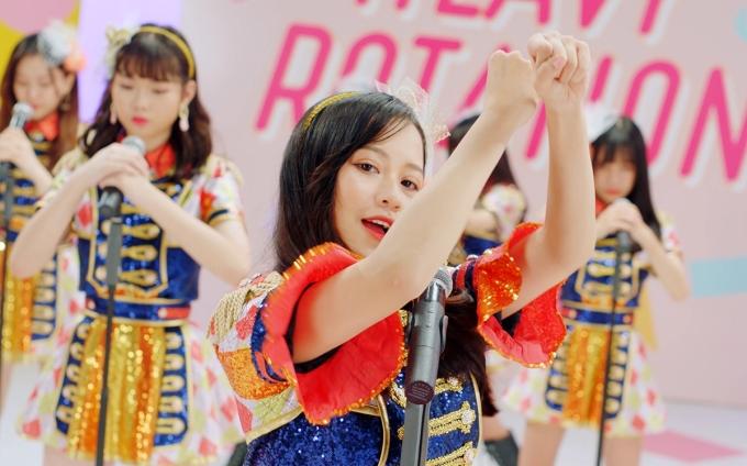 """<p> """"Heavy Rotation"""" là bài hát nổi tiếng gắn liền với tên tuổi AKB48, được nhạc sĩ Huy Tuấn viết lời Việt dựa trên nền nhạc Nhật Bản.</p>"""