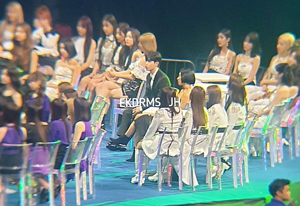 Hình ảnhKim Jae Hwan ngồi một mình cô đơn giữa loạt nghệ sĩ nữ khiến fan bật cười.