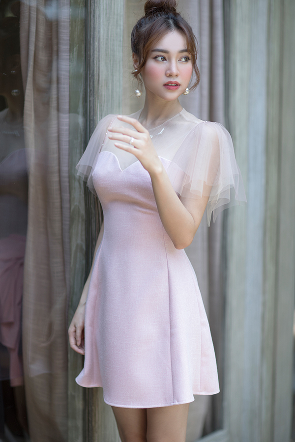 """<p> """"Nàng Cám"""" bắt trend thời trang với tông hồng và phụ kiện logo monogram branded từ Chanel. Cô chọn tóc búi cao để lộ khuôn mặt thanh thoát.</p>"""
