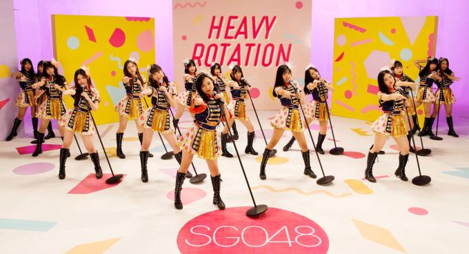 """<p> Đây là sản phẩm debut của nhóm nhạc nữ đông thành viên nhất Vpop sau gần nửa năm thành lập. Nhóm gồm 27 thành viên nhưng chỉ có 16 cô gái được lựa chọn để xuất hiện trong MV. Là """"tân binh"""" của Vpop nhưng SGO48 đã chứng minh sự chuyên nghiệp bằng cách đầu tư về mặt hình ảnh, từ trang phục đến bối cảnh, đặc biệt là sự bắt tay với ekip nước ngoài.</p>"""