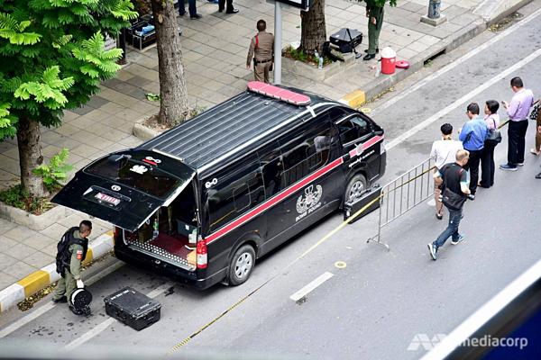 Một đội phá bom được triển khai đến hiện trường vụ nổ gần trạm BTS Chong Nonsi của trung tâm Bangkok