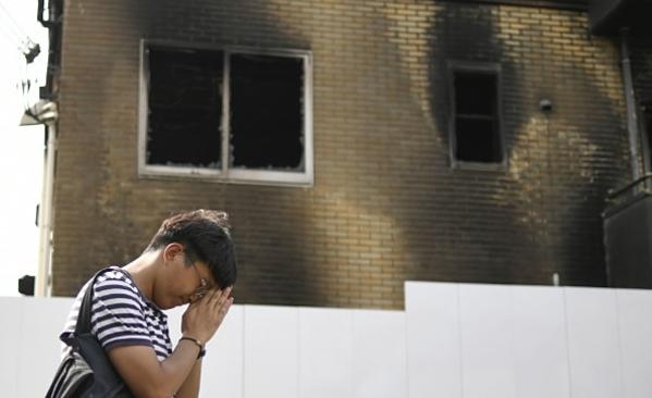 Người dân cầu nguyện bên ngoài xưởng phim đã bị cháy.