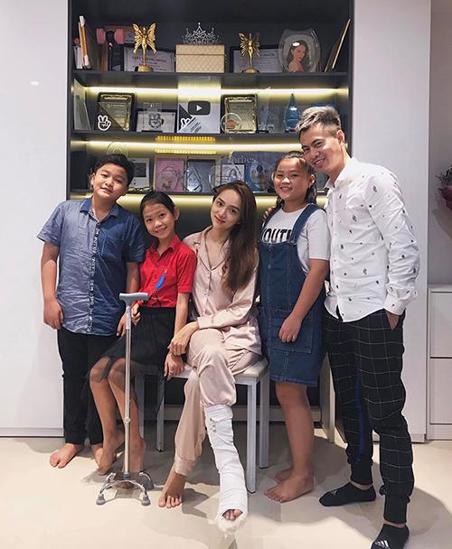 Hương Giang được nhạc sĩ Dương Cầm cùng gia đình The Voice Kids đến thăm trong thời gian nằm nhà dưỡng bệnh vì bị gãy chân.