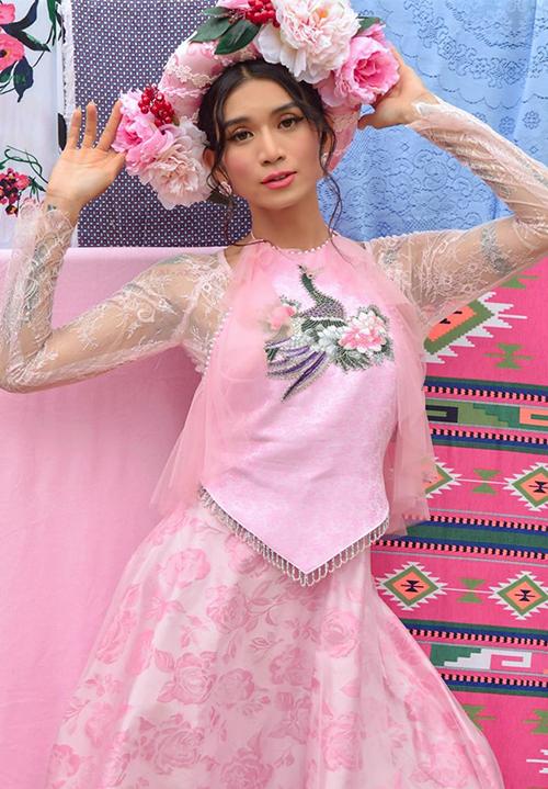 BB Trần không chỉ mặc váy yếm rất điệu mà còn tạo dáng nữ tính.