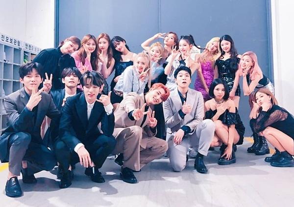 3 nhóm nhạc nhà JYP gồm Twice, ITZY và Day6 tụ tập trong hậu trường MGMA.