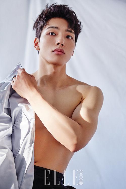 Yeo Jin Goo sở hữu vẻ ngoài nam tính, rắn rỏi. Nam diễn viên cũng đi theo hướng tạo hình đầy lịch lãm, quyến rũ và trưởng thành hơn so với tuổi thật của mình.