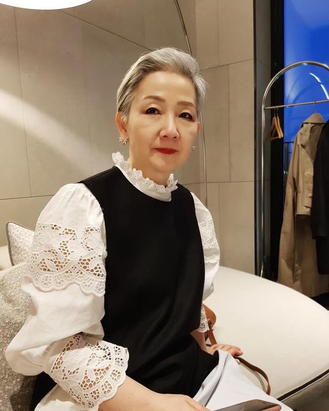 <p> Ở tuổi 70, nhiều cụ bà sẽ lựa chọn cho mình những bộ trang phục tối giản, đơn sắc. Nhưng cụ bà Hyun Joo người Hàn Quốc lại rất thích diện những bộ đồ hợp mốt. Theo dõi trang cá nhân của bà Hyun Joo, nhiều thiếu nữ phải ngỡ ngàng vì độ chịu chơi của cụ. Từ váy vóc, quần jeans, mắt kính..., đến những item hot-hit như túi tote, áo lông, mũ cói... bà Hyun Joo đều có đủ.</p>