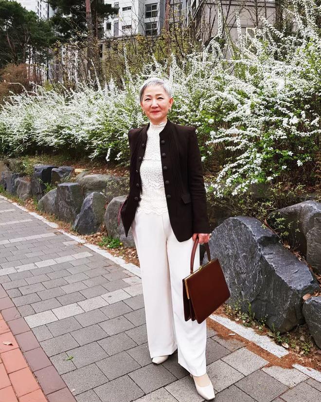 <p> Phong cách ăn mặc của bà Hyun Joo trẻ trung, sành điệu nhưng vẫn toát lên sự thanh lịch và không hề bị làm lố.</p>
